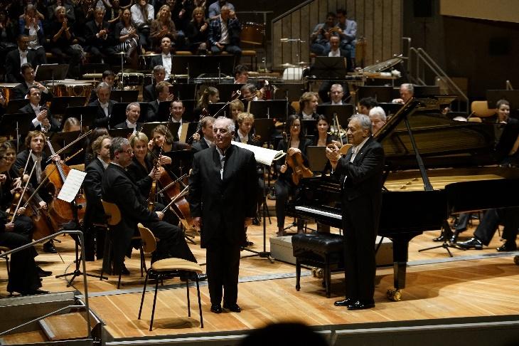 Geburtstagskonzert. Zubin Mehta applaudiert Daniel Barenboim. Foto Thomas Bartilla