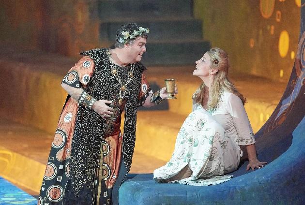 """Herwig Pecoraro als Herodes und Lise Lindstrom als Salome in """"Klimtschen Rahmen"""" (Foto M.Pöhn)"""