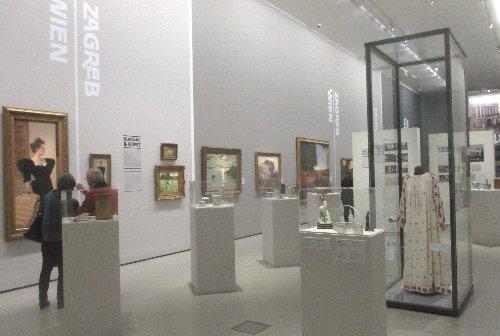 Zagreb Raum mit Kleid~1