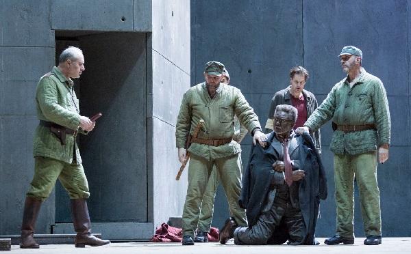 Der Lagerkommandant Jiri SULZENKO un der neue Häftling William Wenk, im Hintergrund Peter MATTEI Foto C: Elisa Haberer - Opéra de Paris