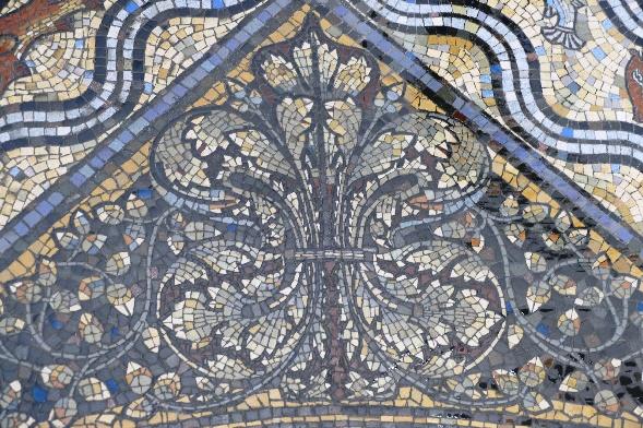 4 dom ein noch nicht gereinigtes blattornament des fußbodenmosaiks foto andrea matzker p4910767