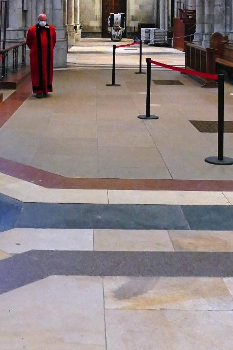 9 dom der frisch gereinigte sandsteinboden im verhältnis zu dem vom domschweitzer markierten, noch ungereinigten sandsteinboden foto andrea matzker p4910806 (4)