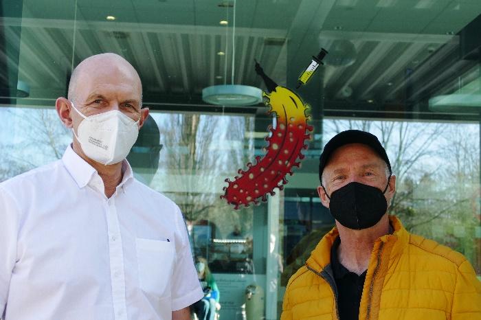 thomas baumgärtel mit prof. dr. bertil boullion und der neuen impfbanane köln foto andrea matzker p4910513
