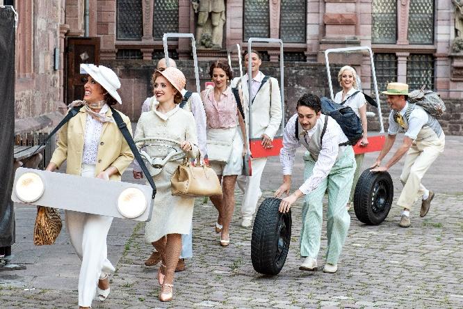 foto1 gäste fahren in stilisierten autos vor