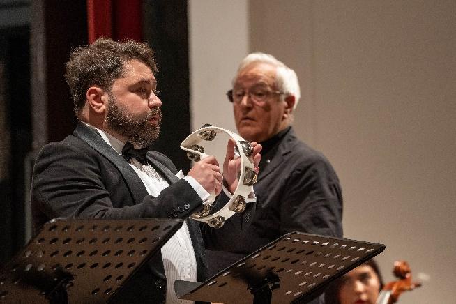 david geringas, dirigent, und tenor rafailis karpis, tamburin mit schellen, , copyright geert maciejewski