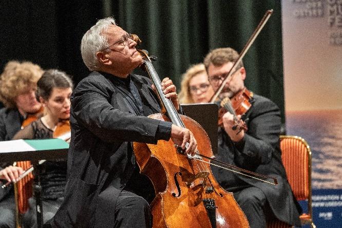 david geringas als cellist und leiter beim eröffnungskonzert des usedomer musikfestivals. copyright geert maciejewski